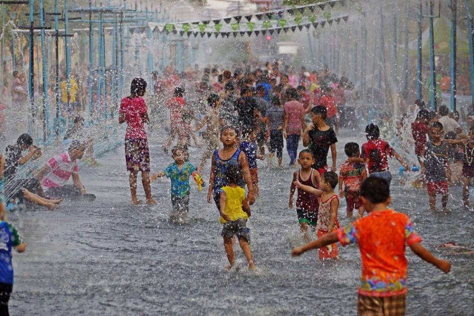 1000-Songkran-in-Ubon-shutterstock_218614372